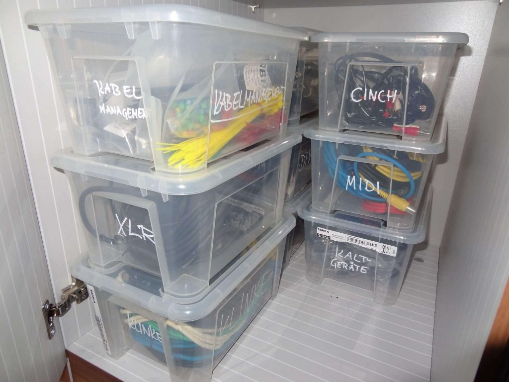 Tools-für-Kabelorganisation-Kabel-aufräumen-IKEA-Aufbewahrungsboxen